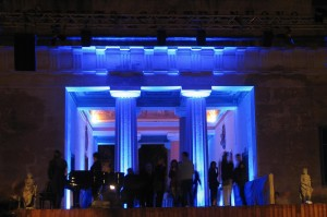 ... vor der Ausstellung am Abend